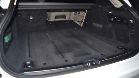 Teak-Boden im Kofferraum des Volvo V90 Cross Country Ocean Race. Sieht schick aus, ist aber kratz- und stoßempfindlich.