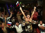 Russische Fans beim Jubeln beobachten? Geht am besten in einer gemütlichen Fußballkneipe.