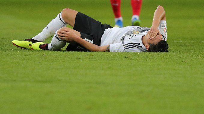 Özil im Spiel gegen Österreich am Boden.