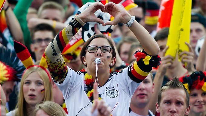 Echte Fußballfans: mit dem Herzen dabei. Aber bloß nicht zu sehr stressen lassen!