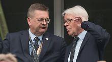 DFL-Präsident Reinhard Rauball (r., mit DFB-Präsident Reinhard Grindel) wurde beim letzten WM-Test selbst Zeuge der Pfiffe gegen Nationalspieler IlkayGündogan.