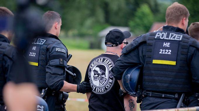 Polizisten führen einen Teilnehmer des Festivals ab.