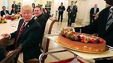 Spannung vor Nordkorea-Gipfel: Trump bekommt Torte, Kim macht Selfie