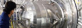 """Philipp Ranitzsch, wissenschaftlicher Mitarbeiter des """"Katrin""""-Experiments am KIT, vor dem Hauptspektrometer der Anlage. Mit dem Experiment soll die Masse von Neutrinos mit bisher nicht möglicher Genauigkeit gemessen werden."""