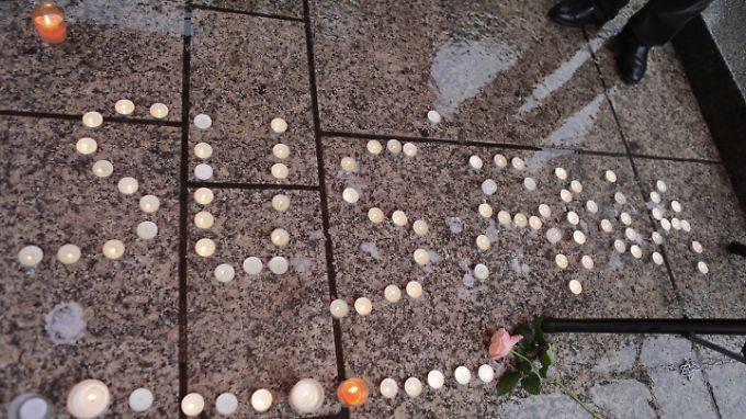 Kerzen brennen für die getötete Susanna.