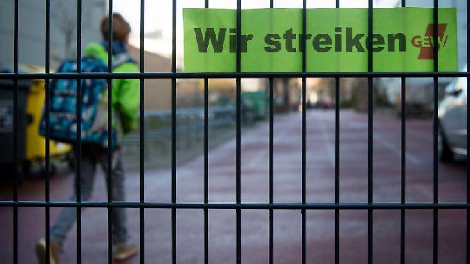 Nein, Beamte dürfen auch künftig nicht streiken.