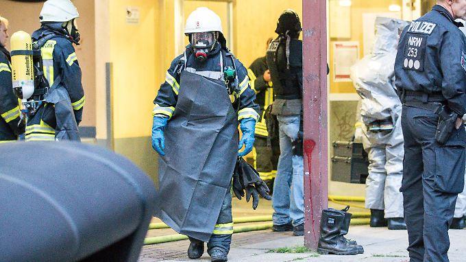 Mit Ganzkörper-Schutzanzügen untersuchten Spezialkräfte die Wohnung des 29-Jährigen in Köln-Chorweiler.