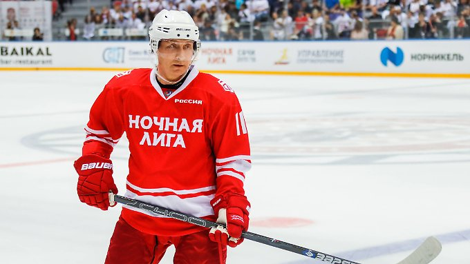 Putin inszeniert sich gern als starker Mann - auch auf dem Eishockeyfeld.