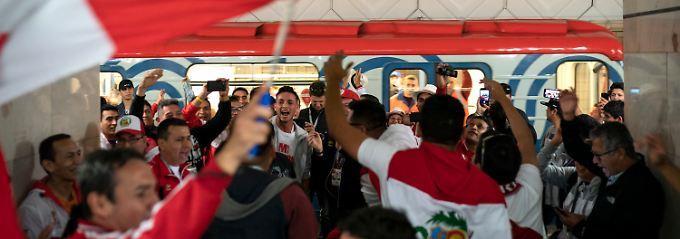 Die peruanischen Fans feiern ohnehin - da sind sie in der U-Bahn nicht allein.