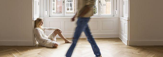 Die Entscheidung, wer in den gemeinsamen Wohnräumen bleiben darf und wer nicht, fällen bei Scheidungen häufig Familiengerichte.