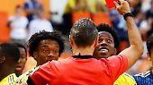 ... sodass Schiedsrichter Damir Skomina gar nichts anderes übrig bleibt, als den Sünder in der dritten Spielminute vom Platz zu schicken.
