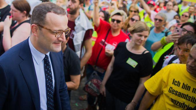 Jens Spahn besuchte während der Gesundheitsministerkonferenz der Länder eine Demonstration der Kranken- und Altenpfleger.