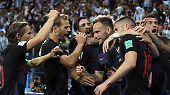 Rakitic vollendet zum 3:0. Die Argentinier können es nicht glauben, die Kroaten feiern.