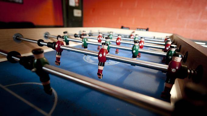 Machen garantiert keine Schwalben - die Spieler beim Tisch-Kicker.