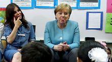 Bäääh! Bei ihrem Nahost-Trip besucht Kanzlerin Merkel eine Schule und macht Scherze mit den Kindern.