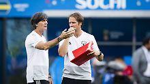 Sind kein Team mehr auf der Trainerbank: Fußball-Bundestrainer Joachim löw und sein bisheriger Assistent Thomas Schneider.