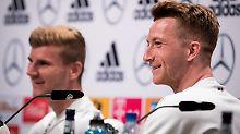 Sind nach dem Last-Minute-Sieg gegen Schweden gut aufgelegt: Die DFB-Kicker Timo Werner und Marco Reus.