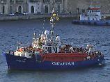 """Nach fast einer Woche Ausharren auf See ist das Rettungschiff der """"Mission Lifeline"""" am vergangenen Mittwoch in den Hafen von Malta eingelaufen. Nun soll sich der Kapitän vor Gericht rechtfertigen."""