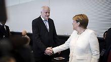 Handschlag am Tag nach der Einigung: Seehofer und Merkel vor der Unionsfraktionssitzung.