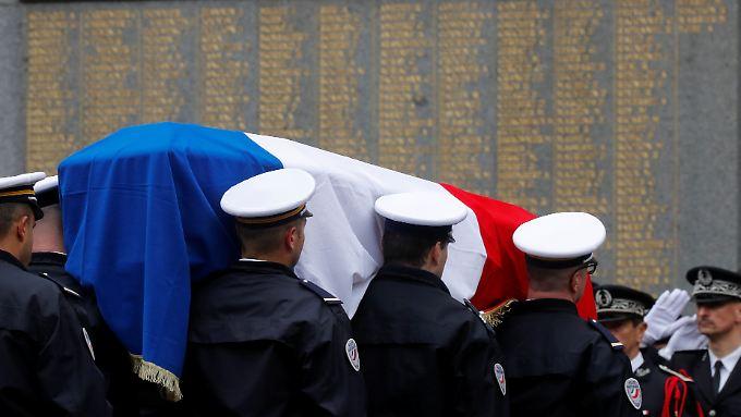 Polizisten tragen am 25. April 2017 den Sarg von Xavier Jugele. Der Beamte wurde auf den Champs-Elysees von einem Islamisten erschossen.