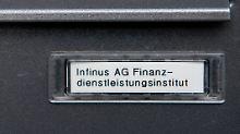 Das alte Briefkastenschild der Dresdner Finanzfirmengruppe Infinus.