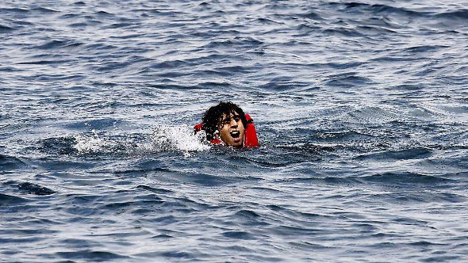 Ein Flüchtling kämpft im Mittelmeer ums Überleben.