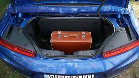 Die 208 Liter Kofferraumvolumen reichen im Chevrolet Camaro Cabrio gut für eine größere Aktentasche. Für Reisen sollte man die Rückbank belegen, da dort ohnehin niemand sitzen kann.