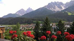 Der erste Blick von unserem Hotelbalkon auf Innichen und ein paar Dolomiten-Berge.