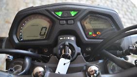 Gut ablesbar und übersichtlich: das zweigeteilte monochrome Display der Honda CB 650 F.