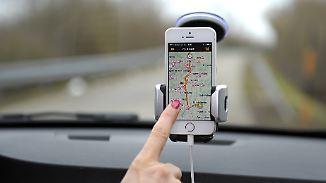 Smartphone gegen Navi: Welches Gerät lotst sicherer ans Urlaubsziel?