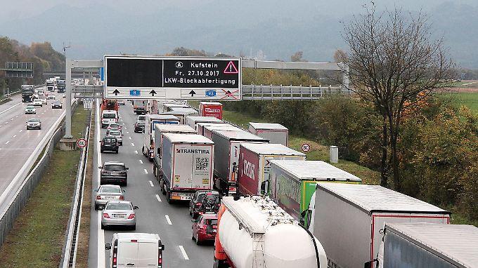 Staugefahr: Urlaubsreisende Richtung Österreich und Italien müssen in dieser Woche zusätzliche Zeit für die Grenze einplanen.
