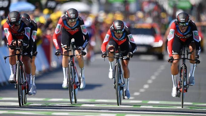 BMC-Fahrer um den Belgier  Greg Van Avermaet (2.v.l.) bei der Zieleinfahrt in Cholet.