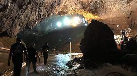 Die Rettungsmission in der Höhle führte auch durch undurchsichtiges Wasser.