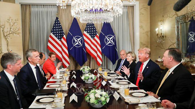 Deutschland zum Frühstück: Beim morgendlichen Treffen von Nato-Chef Stoltenberg und Trump steht die Kritik an der Bundesregierung im Mittelpunkt.