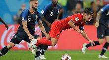 Frankreichs Olivier Giroud foult Belgiens Spielmacher Eden Hazardvor vor dem eigenen Strafraum. Der Pfiff bleibt aus - ebenso wie ein Eingriff des Videassistenten.