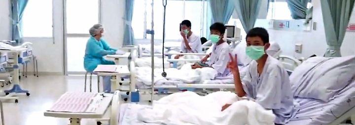 Nach 17 Tagen in thailändischer Höhle: Gerettete Jungen zeigen sich erstmals öffentlich