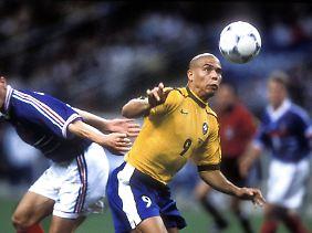 Trotz lebensbedrohlichen Anfalls am Nachmittag des 12. Juli 1998 steht Ronaldo ein paar Stunden später in der brasilianischen Final-Startelf.