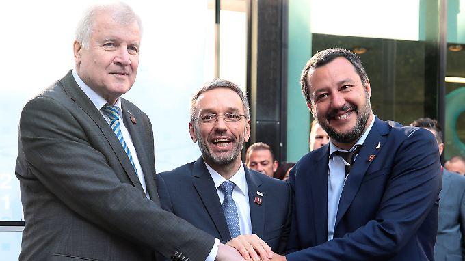 Innenminister Horst Seehofer (r.) inszenierte sich mit seinen Kollegen aus Österreich und Italien, Herbert Kickl (M.) und Matteo Salvini.