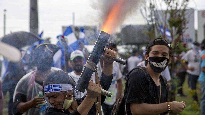 Demonstranten fordern wie hier am Dienstag den Rücktritt von Präsident Ortega. Dessen Anhänger antworten oft mit Gewalt.
