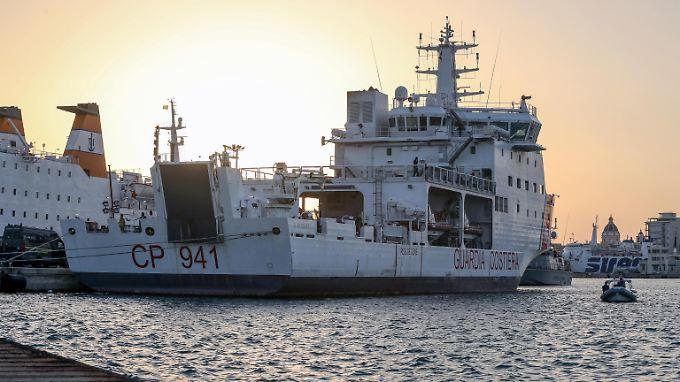 Die Migranten durften das Schiff der italienischen Küstenwache im Hafen von Trapani schließlich verlassen.