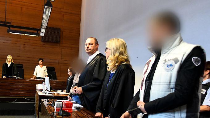 Der wegen Kindesmissbrauchs angeklagte Lebensgefährte (r.) und die angeklagte Mutter (4.v.r) mit ihren Verteidigern vor dem Landgericht.