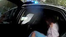 Empörende Bodycam-Bilder aus den USA: Polizistinnen entscheiden per Münzwurf über Festnahme