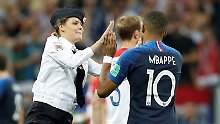 Politische Störaktion im Finale: Pussy-Riot-Aktivistin klatscht mit Mbappé ab
