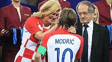 """Der Sport-Tag: Kroatiens """"Mutter der Nation"""" für Knutsch-Auftritt gefeiert"""