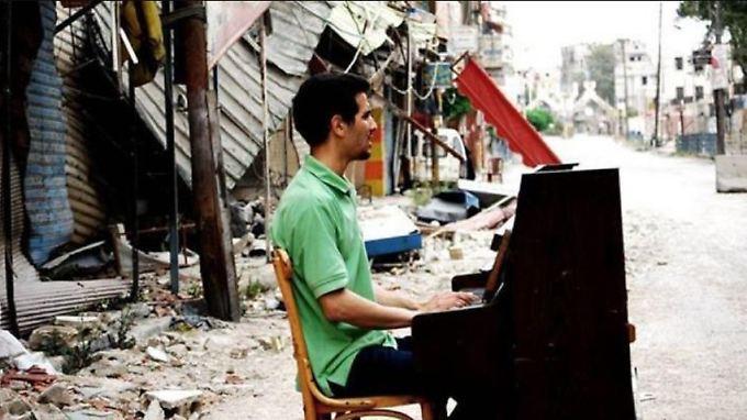 Niraz Saieds Aufnahme von Aeham Ahmad ging um die Welt. Während es Ahmad nach Deutschland geschafft hat, starb Saied in einem syrischen Gefängnis.