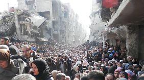 Tausende Menschen warten im Januar 2014 auf die Verteilung von Lebensmitteln durch die UN in Jarmuk.