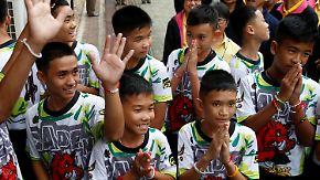 Aus Krankenhaus entlassen: Thailändische Jungen treten erstmals vor die Presse