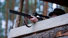 Bei der Erntejagd nutzen Jäger nur selten erhöhte Positionen wie in diesem Archivbild.