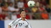 Mesut Özil, geboren in Gelsenkirchen, feiert mit der U19 Nationalmannschaft am 5. September 2006 gegen Österreich sein Debüt (das Foto zeigt ihn aber ein Jahr später).