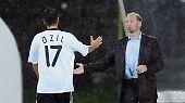 Der Ballstreichler tritt ab: Mesut Özils Karriere im Nationaltrikot
